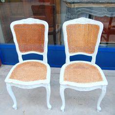 Coppia di sedie provenzali in stile Luigi XV in faggio e paglia di Vienna laccate azzurre