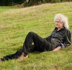 Brian May laying on the grass. He can just lie on the grass and still is the most attractive man on this planet. John Deacon, Queen Brian May, Roger Taylor, Queen Love, Queen Freddie Mercury, Guitar Solo, Queen Band, Raining Men, Morning Motivation