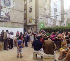 El teatro comunitario llenando de color, música y letras reivindicativas las calles del Casco Viejo.