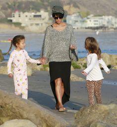 Halle Berry, que hace sólo dos meses que dio a luz a su segundo hijo, Maceo, disfrutó de la compañía de su pequeña Nahla por las playas Malibu
