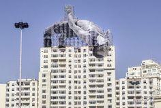 Street art Rio 2016 Rio 2016, ecco come la street art di JR celebra i Giochi Olimpici Un gigantesco saltatore, un tuffatore e un nuotatore sono apparsi su alcuni edifici di Rio de Janeiro: così lo street artist JR omaggia lo sport in occasione dei Giochi Olimpici 2016.