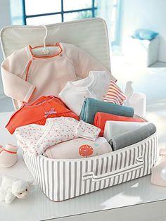 Qué llevar en la maleta para dar a luz en el hospital. #embarazada #parto #maletaparaelparto #unamamanovata ❤ www.unamamanovata.com ❤ Patchwork Bags, Bassinet, Cotton Canvas, Baby Car Seats, Baby Shower, Children, Bed, Furniture, Baby Set