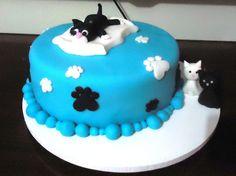 O que dizer desse bolo?  Eu sou apaixonada por gatinhos e adorei este tema. A aniversariante tinha dois gatinhos um preto e outro branco. Então as amigas dela pediram para que eu os representasse no bolo. Ficou lindão s2. Ahh, fiz os gatinhos em pasta americana.