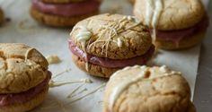 Μπισκότα γεμιστά με κρέμα φράουλας και λευκή σοκολάτα Greece Food, Biscuits, Sweets, Cookies, Desserts, Crack Crackers, Crack Crackers, Tailgate Desserts, Deserts