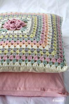Ideas For Crochet Granny Square Pillow Pattern Colour Beau Crochet, Crochet Mignon, Crochet Diy, Crochet Home, Love Crochet, Crochet Crafts, Crochet Projects, Crochet Flower, Crochet Cushion Cover