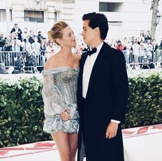 After months of speculation, Cole Sprouse and Lili Reinhart FINALLY made their relationship official at the Met Gala. Click above to see their sweet PDA on the red carpet! Bughead Riverdale, Riverdale Memes, Lili Reinhart And Cole Sprouse, Bae, Riverdale Cole Sprouse, Betty And Jughead, Dylan Sprouse, Betty Cooper, Lily Collins