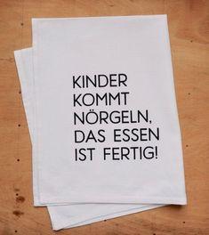 """Witzige #Geschenkidee zum #Muttertag: #Geschirrtuch aus Halbleinen handbedruckt mit einem witzigen #Spruch """"#Kinder kommt #nörgeln, das Essen ist fertig!"""". Witziges #Geschenk für #Mütter und #Väter / funny #gift idea for #mother's day: dish #towel hand printed with funny statement made by Frieda-Werkstattladen via DaWanda.com"""