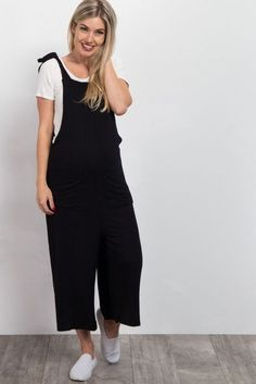 Who doesn't love these adorable maternity midi overalls? Trendy and easy to pair with anything, this piece is unique and an absolute essential in your wardrobe. Effortlessly style with a cute top and sneakers for a casual look. Maternity Romper, Cute Maternity Outfits, Stylish Maternity, Pregnancy Outfits, Maternity Fashion, Stan Smith Outfit, Luxury Clothing Brands, Designer Clothing, Jumpsuit Outfit