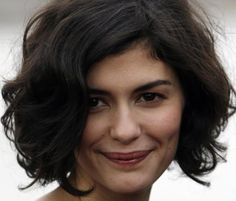 Audrey Tautou : Je suis indépendante, tout comme Coco Chanel What a beautiful natural wavy curly bob hairstyle! I wish I could style my hair like this. Short Curly Hair, Curly Hair Styles, Natural Hair Styles, Natural Curls, Thick Hair, Frizzy Wavy Hair, Short Wavy Bob, Shaggy Bob, Wavy Bobs