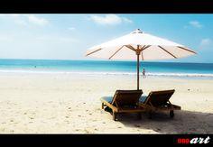 Pantai JImbaran merupakan salah satu pantai terindah di Bali yang tidak boleh dilewatkan saat matahari tenggelam. Banyaknya restoran atau cafe dengan menu seafood membuat pantai Jimbaran sangat terkenal di mana-mana.