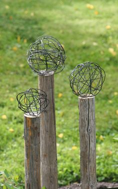 Jag ville ha rostiga bollar på stolpar i min nya d - Amenagement Jardin Recup Garden Crafts, Garden Projects, Diy Garden, Art Projects, Rustic Gardens, Outdoor Gardens, Lawn And Garden, Garden Paths, Garden Kids