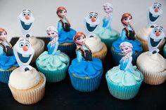 Cupcakes decorados con figuras de papel para fiesta Frozen. #FiestaFrozen