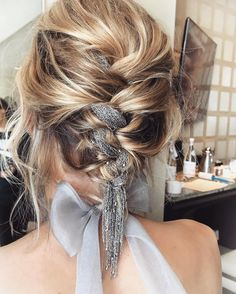 Der neue Haartrend Braid Metal Chains wirkt extra rockig