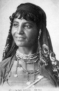 Africa | La Belle Mabrouka.  Tunisia || Vintage postcard; publisher N.D.  No. 371 T