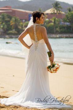 Un vestido de novia con sencillez y elegancia para tu Boda en Playa.