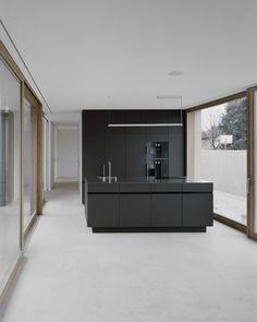 Zwarte keuken - House G / Bechter Zaffignani Architekten