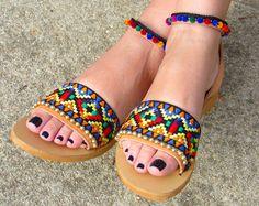 """GRATIS envío - Boho griego sandalias de cuero, hecho a mano diseño tribal con multicolor pom pom trim étnicos telas, pompones de oro guarnecido, """"Maya"""""""