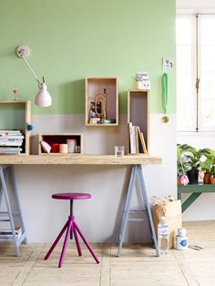 KARWEI | Linden groen op de muur is hier gecombineerd met cassis paars. #karwei #verf #inspiratie #kleurenvannu
