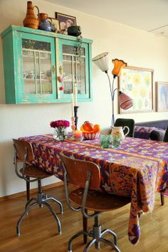 I love colourful tablecloths Funky Kitchen, Kitchen Dining, Dinning Room Art, Common Area, Tablecloths, Home Projects, Lamps, Shelf, Room Ideas