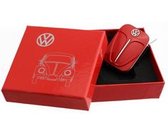 Key Rings with the design of the VW Beetle front, 4 different colors. Includes a individual tin gift box for each key ring. Material: chrome-plated metal with soft enamel finish. Size: cm Officially Licensed by Volkswagen Volkswagen, Red Beetle, Vw Parts, Shield Design, Tin Gifts, Plate Design, Vw Beetles, Chrome Plating, Key Rings