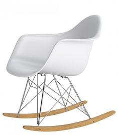Organikus, formázott ülés, az íves fa lábak igazán vonzzák a tekinteteket! A P018 RR PP hintaszékeket elsősorban azoknak ajánljuk, akik szeretik a merész színeket és egyedi megoldásokat. Innovatív belső és klasszikus terekbe tökéletesen beleillik. Love Design, Rocking Chair, Eames, Bassinet, Furniture, Fa, Home Decor, Chair Swing, Crib