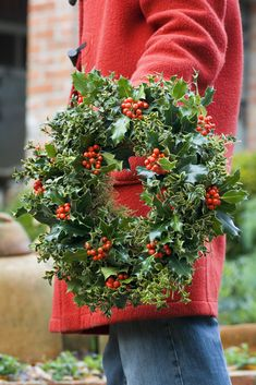Homemade Christmas: Festive wreath made from holly (Ilex aquilfolium), ivy and variegated box (Buxus sempervirens 'Argenteovariegata'). Photo by Jason Ingram.
