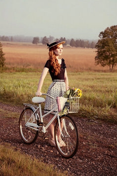 Countryside fashion, classy and fabulous, old fashioned bike, vintage senio Velo Vintage, Vintage Bicycles, Mode Vintage, Countryside Fashion, Countryside Girl, Pin Up, Moda Outfits, Retro Bike, Cycle Chic