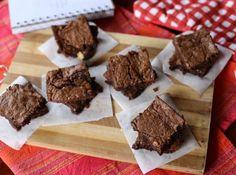 Θέλεις γλυκό αλλά βαριέσαι να ασχοληθείς ιδιαίτερα; Η συνταγή για brownies με ΤΡΙΑ υλικά θα γίνει η αγαπημένη σου.