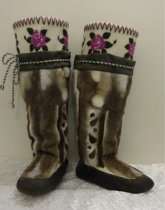 Inuit made caribou & sealskin kamiks by Rebecca Hainnu Moccasin Boots, Ugg Boots, Shoe Boots, Native American Moccasins, Native American Art, Beading Projects, Freundlich, Traditional Outfits, Handmade Items