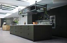 Stalen frame boven keukenblok en rondom afzuiger by http://www.eginstill.com