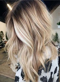 Find here modern shades of blonde balayage hair coors for long waves hair to sport in this year. Must sport this latest hair coloring combination for cutest hair looks. Nowadays this is one of… Blonde Hair Looks, Brown Blonde Hair, Long Blond Hair, Dying Hair Blonde, Beachy Blonde Hair, Blonde Waves, Caramel Blonde, Honey Blonde Hair, White Blonde
