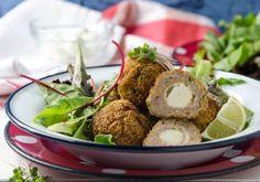 Für die Zucchini-Fleischbällchen mit Mozzarella das Faschierte in eine angemessen große Schüssel geben. Zwiebel und den Knoblauch fein hacken, Chutney, Zucchini, Fingerfood Party, Finger Foods, Poultry, Potato Salad, Seafood, Fries, Appetizers