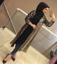 La imagen puede contener: 1 persona, calzado Abaya Fashion, Suit Fashion, Modest Fashion, Women's Fashion Dresses, Fashion Models, Hijab Dress Party, Hijab Style Dress, Hijab Chic, Casual Hijab Outfit