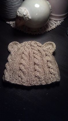 Baby Bear cabled hat.. I'm totally making this for the babes.