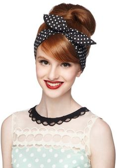 coiffure-pin-up-rockabilly-années-50-bandana-noeud-pois