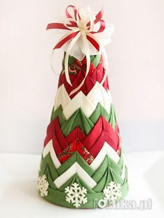 39 Ideas For Quilted Christmas Tree Ornaments Holidays Quilted Fabric Ornaments, Fabric Christmas Trees, Quilted Christmas Ornaments, Christmas Tree Crafts, Christmas Sewing, Noel Christmas, Christmas Projects, Handmade Christmas, Holiday Crafts