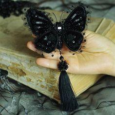 Вот еще одна моя новинка! Хрупкая и прекрасная бархатная бабочка - брошь! Крылышки подвижны , шелковую кисточку можно снимать. И еще ее можно носить кулоном! Вышивка на бархатом шелке.( или шелковом бархате)) Пишите в Директ по вопросам приобретения. #beautiful #мойтворческиймомент #винтаж #fashion #jewelry #beautiful #украшения #вдохновение #ручнаяработа #handmade #brooch #style #embroidered #бархат #velvet #style #embroidered #бабочка #ручнаяработа#handmade #авторскиеукрашения #пайетки...