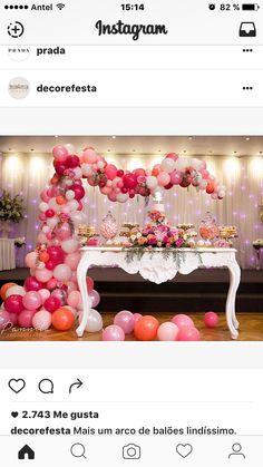 Mesa de dulces con arco de globos