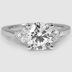 Idée et inspiration Bague Diamant : Image Description Understated elegance.