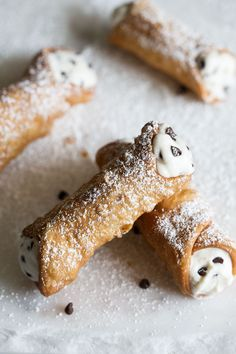 Great Italian pastries , perfect dessert or teatime treat for Christmas Classic Homemade Cannolis recipe from Cooking with Cocktail Rings Köstliche Desserts, Delicious Desserts, Yummy Food, Plated Desserts, Homemade Cannolis, Baking Recipes, Cookie Recipes, Cake Boss Recipes, Pillsbury Recipes