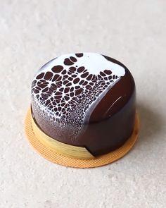 Miniature Mirror Glaze Cake😍 By:  Glaze For Cake, Mirror Glaze Cake, Mirror Glaze Recipe, Cake Decorating Videos, Cake Decorating Techniques, Mini Cakes, Cupcake Cakes, Chocolate Mirror Glaze, Chocolate Glaze Cake