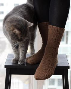 Basic socks with easy-to-do knit & purl decoration.
