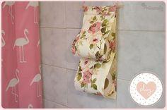 Aprenda como montar um porta-papel higiênico em poucos passos. Esse artesanato é extremamente útil e pode ser revendido pelo dobro do preço em que foi feito. Veja também Puxa-saco enfeitado para cozinha Como decorar tábua de cozinha Como decorar vassoura com 2 materiais