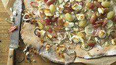 Der Herbstklassiker im neuen Gewand: Knuspriger Zwiebelkuchen mit bunten Trauben und Schafskäse | http://eatsmarter.de/rezepte/knuspriger-zwiebelkuchen