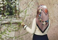 Most of the most popular bags do not meet a certain aesthetics this season. Hijabi Girl, Girl Hijab, Hijab Outfit, Join Fashion, Hijab Fashion, Womens Fashion, Head Scarf Tying, Patterns Of Fashion, Hijab Casual