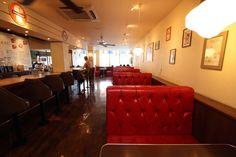 【沖縄おすすめ情報】 ブルーシール 牧港本店 真っ赤なソファのボックス席に、長いカウンター席も用意された店内