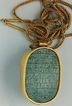 Djehoety Hartscarabee, in goud gevat en aan een lange ketting bevestigd, met opschriften voor generaal Djehoety. Gold, green Jaspis. Egyptian. 18e Dynastie ; Thoetmosis III 1490-1436 BC.