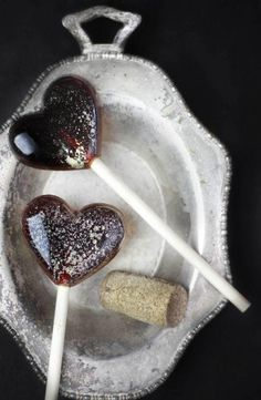 Don't we all know someone who'd love to get her hands on a red wine lollipop? #DIY