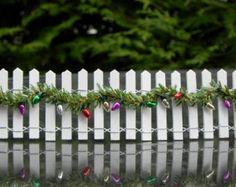 Miniature Fairy Garden Fence with Christmas garland - White Wooden Picket Fence Mini Fairy Garden, Gnome Garden, Fairy Gardening, Christmas Fairy, Miniature Christmas, Christmas Minis, Winter Fairy, Fairy Doors, Fairy Garden Accessories