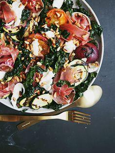 Der var en del af jer, der gerne ville se opskrifter på salaterne fra dette indlæg, og det var særligt denne smukke, grillede salat, der fik opmærksomhed. Dét kan jeg godt forstå. Salaten kan både …